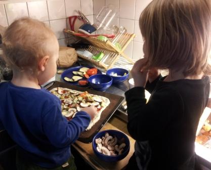 Barnen_bakar_pizza