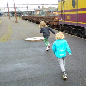 Ett försenat tåg, och frihetens luft under vingarna