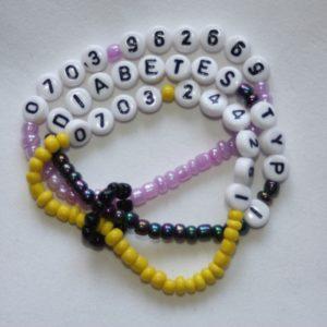Pärlarmband med bokstäver och/eller siffror