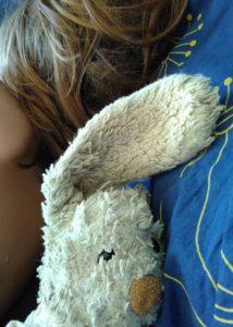 Sovande barn med gosekanin